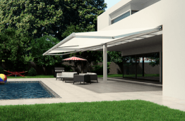 Toldo Infinity para terraza en casa unifamiliar con piscina