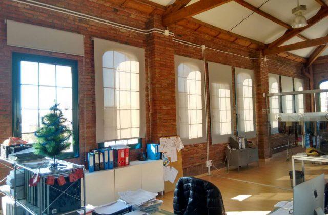 Cortinas Enrollables Screen para oficina de Barcelona en una edificación con paredes de ladrillo marrón