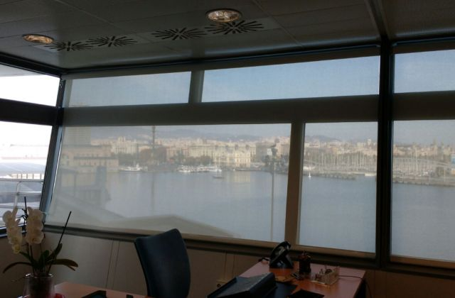 Cortinas enrollables Screen con manubrio, instaladas en las oficinas del edificio World Trade Center de Barcelona