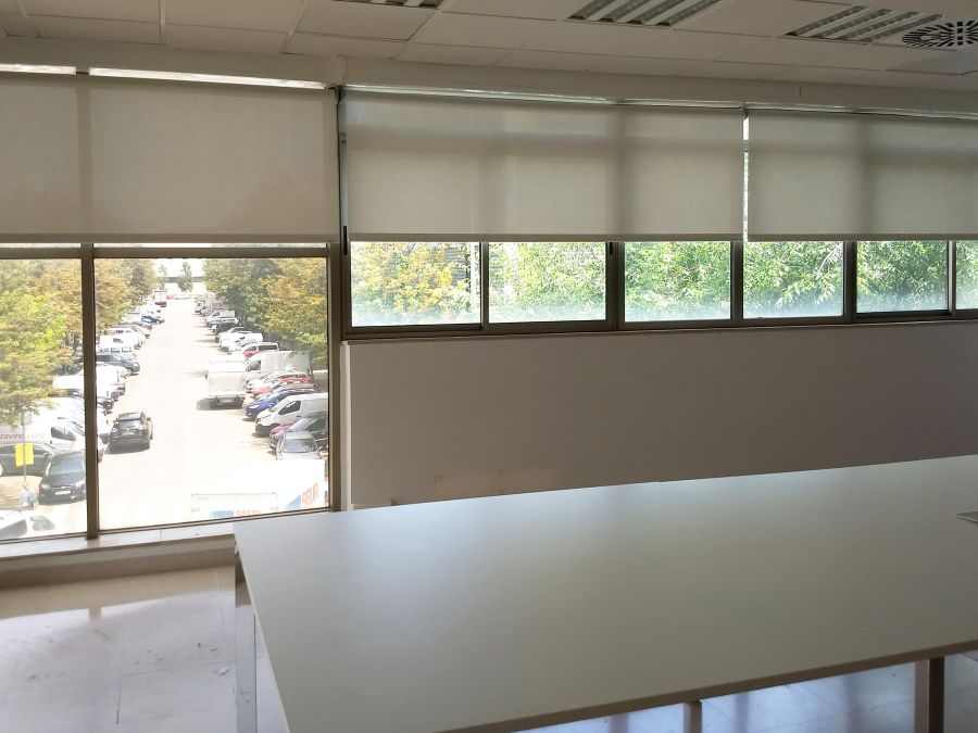 Cortinas enrollables con tejido técnico screen color lino para oficina