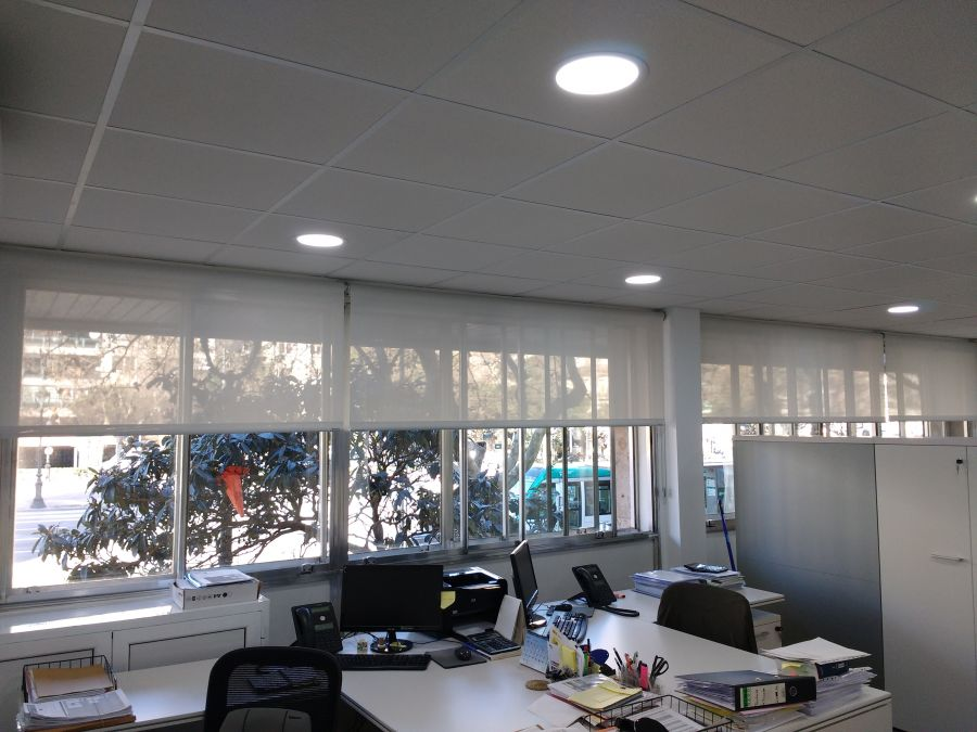 Cortinas enrollables tedijdo tecnico screen de color blanco en sala común en oficina de Barcelona