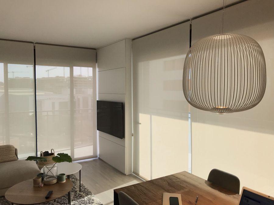 cortinas enrollables con tejido técnico screen instaladas en salón de  casa particular en Sant Feliu del Llobregat