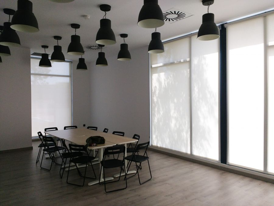 Cortinas enrollables screen color blanco, en centro de salud mental en Barcelona