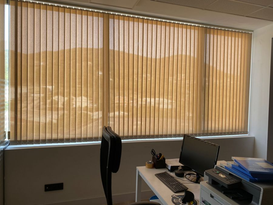 Cortinas verticales instaladas en oficina de Barcelona