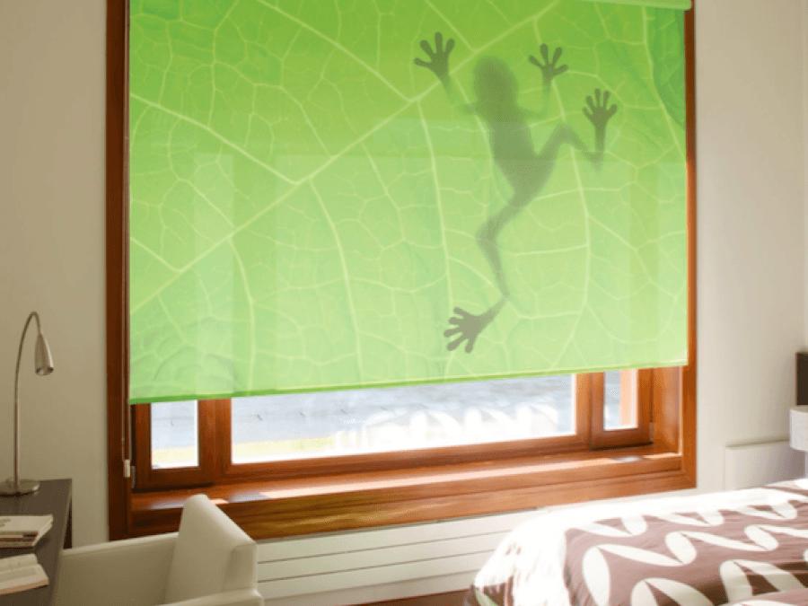 Cortina enrollable personalizada en dormitorio de vivienda particular