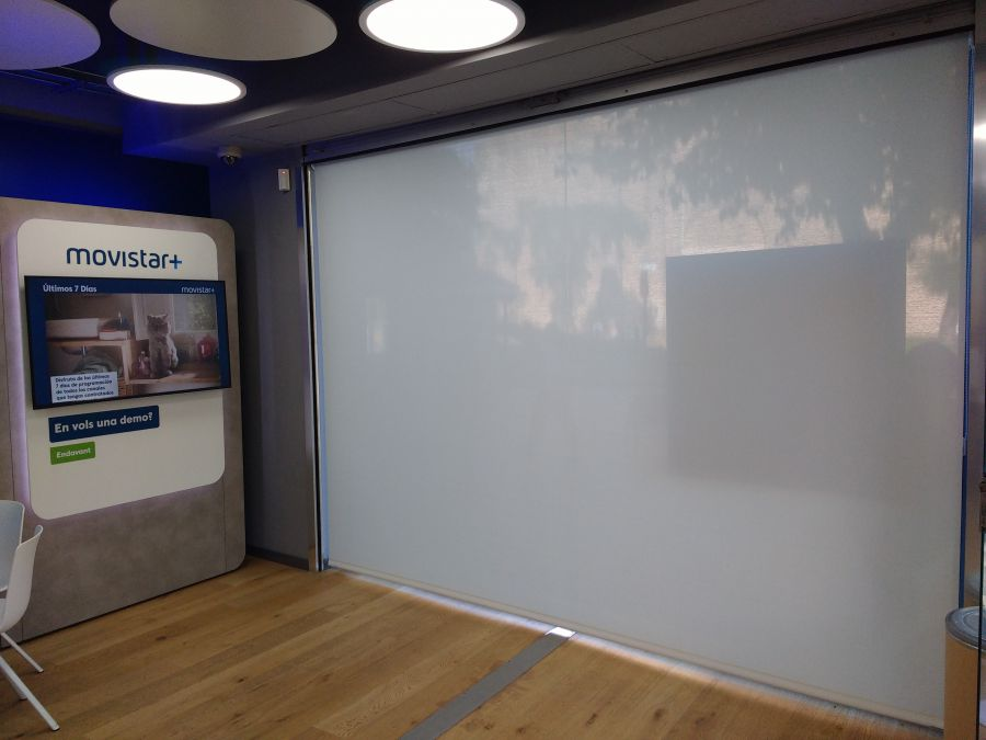 Cortina enrollable con tejido técnico screen en tienda Movistar en Badalona