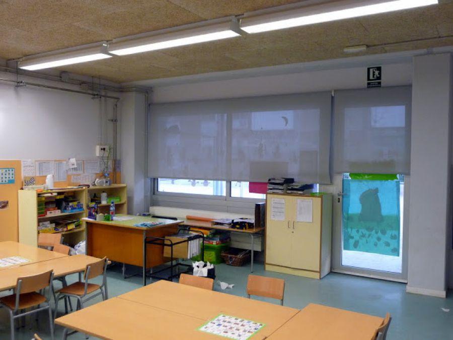 Cortinas enrollables con tejido técnico screen de color gris instaladas en aula de colegio