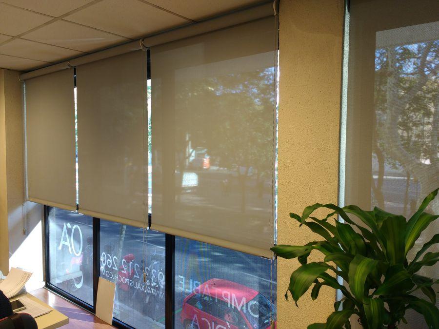 Cortinas enrollables con tejido técnico screen instaladas en gestoría en Barcelona