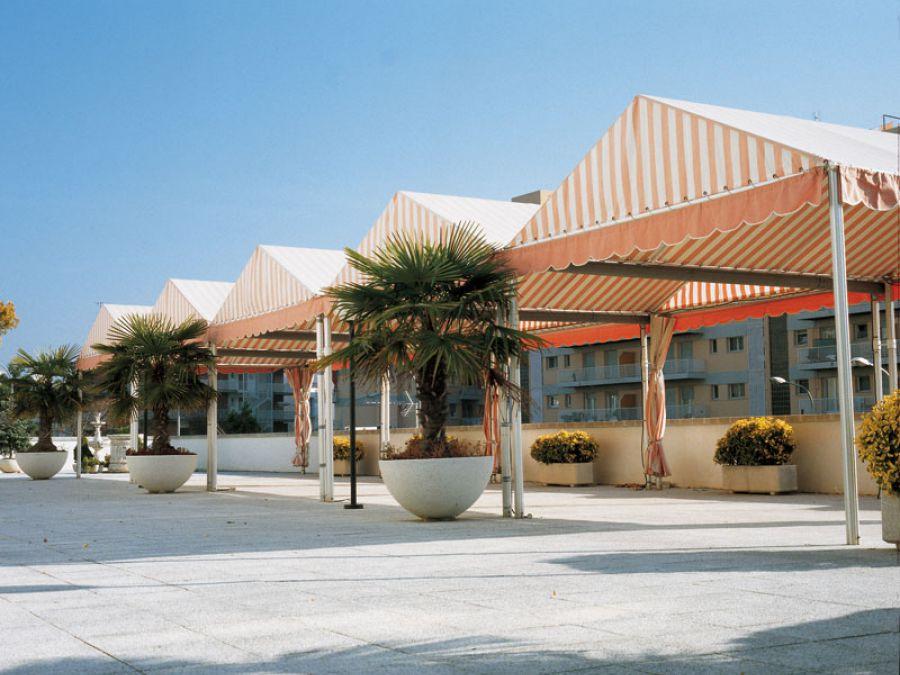 Toldo Cosmopolitan en blanco y naranja para local comercial en la ciudad