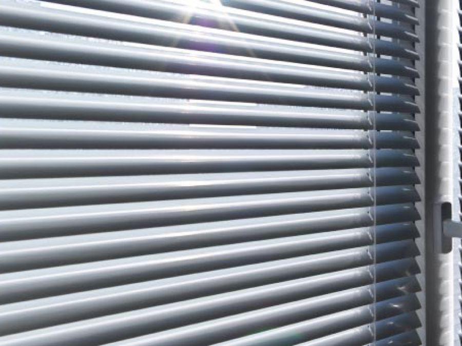 Cortinas Venecianas de Aluminio instaladas en ventanas de oficina