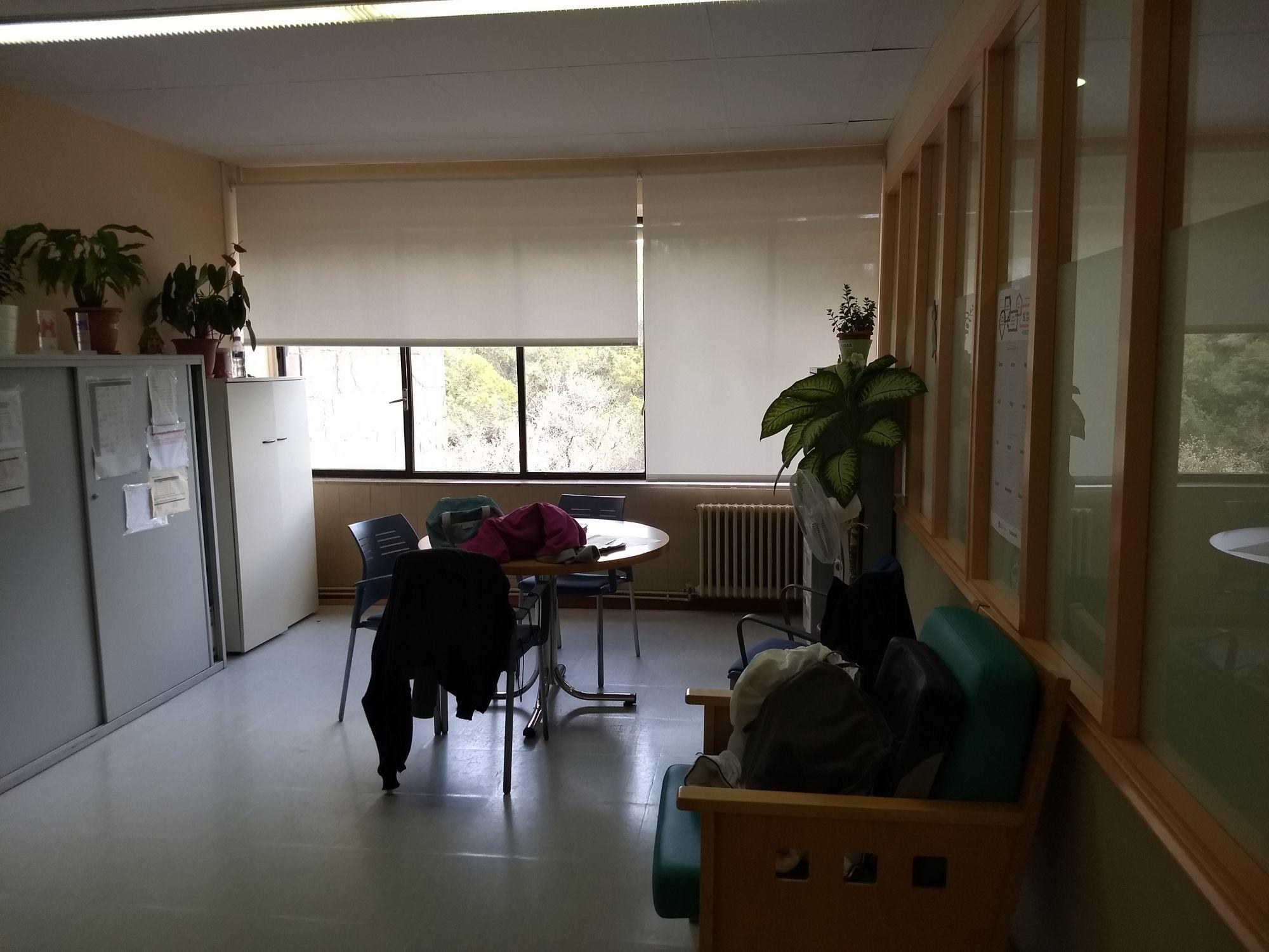 Cortinas enrollables tejido tecnico screen en sala de residencia de ancianos