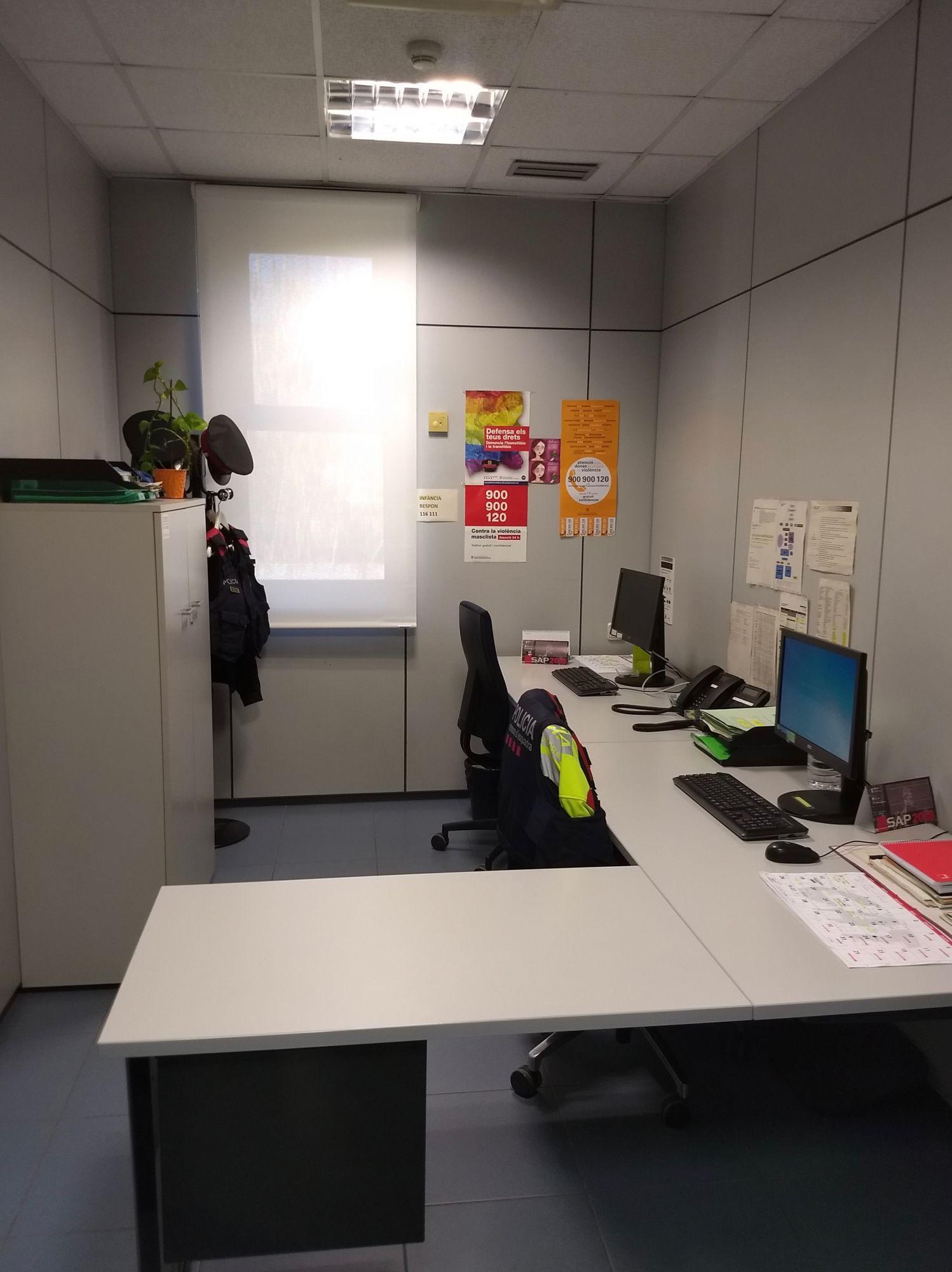 Mossos: cortinas enrollables color blanco, instaladas en un despacho