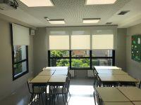 Instalación de cortinas enrollables, con tejido técnico screen en aula del Colegio Camí de Barcelona