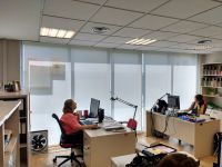Cortinas enrollables color blanco para ventanal de oficina en Barcelona